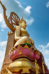 Goldene Touristenattraktion Großer Buddha (von Schräg unten) auf Koh Samui, Thailand