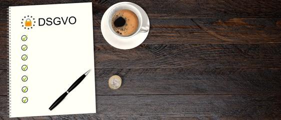 DSGVO Checkliste auf einem Schreibtisch - Text DSGVO am 25 Mai 2018