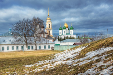 Остатки снега весной и вид на Кремль в Коломне temples of the Kremlin  in Kolomna