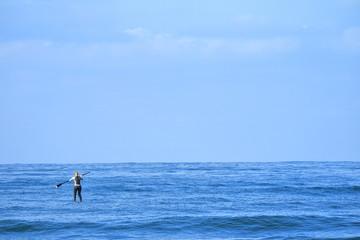 パドルサーフィンをする女性