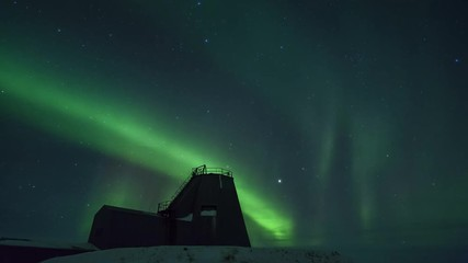 Fototapete - Northern Lights Over Old Building Time-Lapse