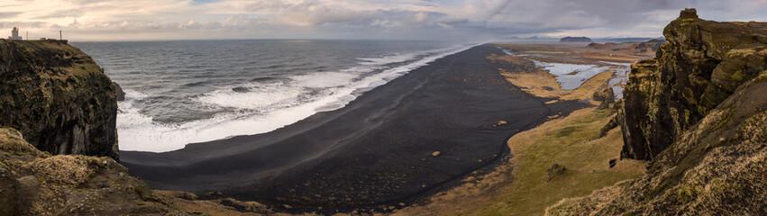 Panorama in Islanda, la terra dei vichinghi. Composizione di molti scatti dal promontorio di Vik uniti in un'unica vista panoramica.