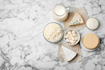 Poster Produit laitier Different dairy products on light background, flat lay