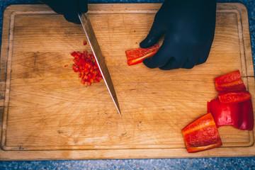 Süßen roten Paprika in Würfel schneiden
