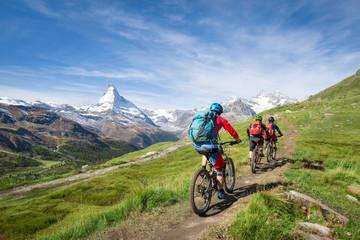 Zelfklevend Fotobehang Fietsen Mit dem Mountainbike vorbei am Matterhorn in den Schweizer Alpen, Kanton Wallis, Schweiz