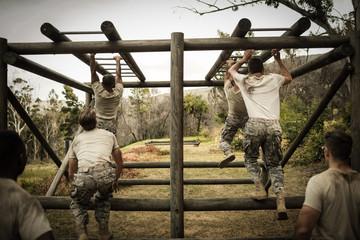 Fotorolgordijn Aap Soldiers climbing monkey bars