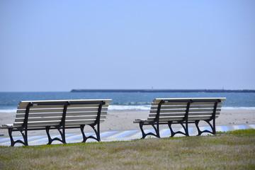 海と青空と白いベンチ