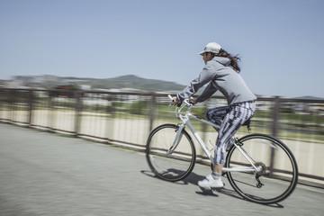 ロードバイクに乗る女性