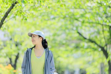 新緑の中を散歩する女性