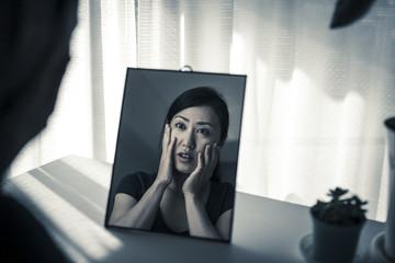 鏡をみている女性