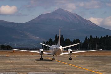 九州霧島連山と飛行機