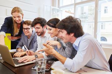 Team am Laptop findet gute Lösung