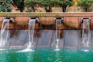 fließendes Wasser am Wehr Überlauf