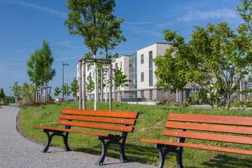 Holzbank in der Stadt im Park bei schönem Wetter