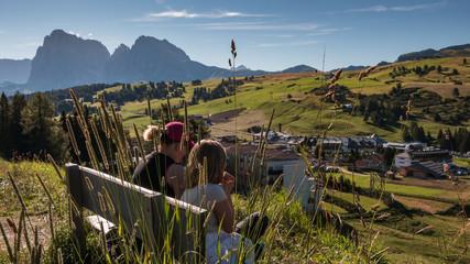 Blick über die Seiser Alm, Frauen beim Wandern