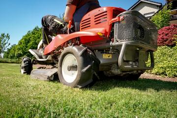 Gartenarbeit, Rasenpflege mit dem Aufsitzmäher, Bildausschnitt