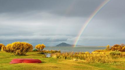 Regenbogen über einem See, Island, schöner Hintergrund