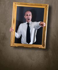 uomo d'affari dentro un quadro appeso alla parete