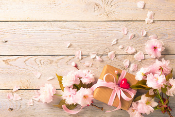 Blumen und Geschenk mit Herz  -  Grußkarte