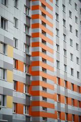 Plattenbau als Wohnhaus in der Innenstadt von Magdeburg