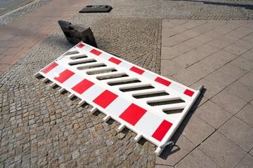 Umgestürzte Baustellenabsperrung in der Innenstadt von Magdeburg