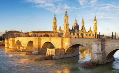 Wall Mural - Zaragoza - The bridge Puente de Piedra and Basilica del Pilar in morning light.