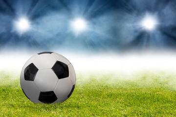 Fußball im Stadion auf der Rasenfläche