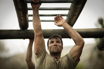 Fotorolgordijn Aap Soldier climbing monkey bars