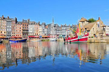Honfleur harbour in Normandy France. Color houses and their reflection in water. Fototapete