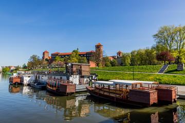 Le château du Wawel à Cracovie depuis un bateau sur Le Vistule
