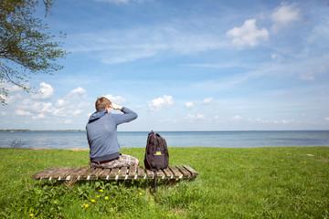 Wanderer blickt über einen See