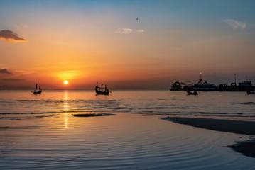Sonnenuntergang im Meer mit Hafen und Schiffen