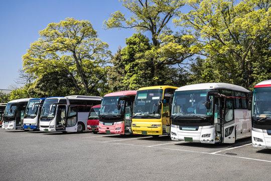 駐車場に停まっている観光バス