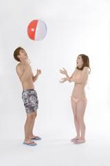 ビーチボールで遊ぶカップル