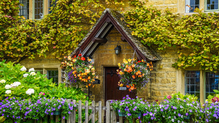 Flower covered house in Bourton-on-the-Water in the Cotswolds, England Fototapete