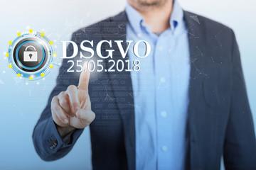 Geschäftsman klickt auf einem Display DSGVO an