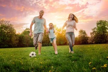 Familie spielt Fußball