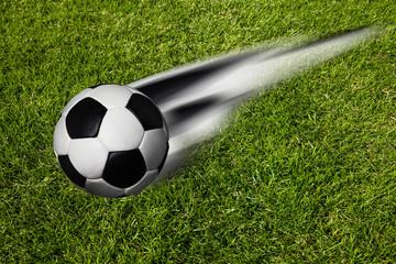 Fußball in Bewegung auf Rasen