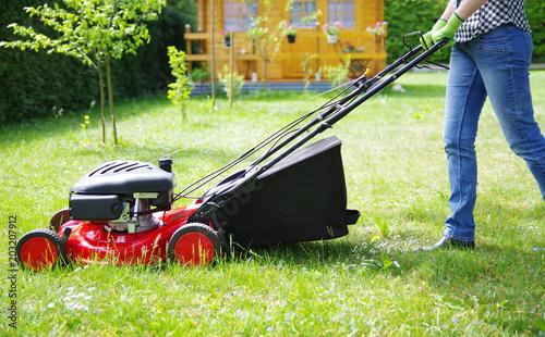 Gartenarbeit Rasen Mahen Stockfotos Und Lizenzfreie Bilder Auf