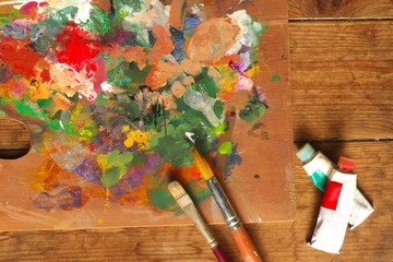 パレットと絵筆と絵の具 - Palette, paintbrushes, and paint tubes on wood background