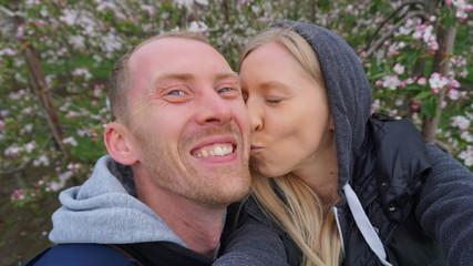 junges europäisches Paar zur Kirschblüte im Alten Land - Hamburg