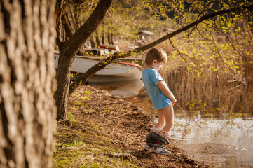blond child pee in the lake