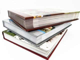 Bücher gestapelt auf weißem Hintergrund