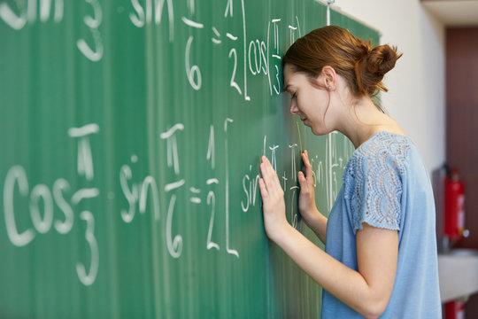 Frustrierte Studentin vor einer Mathe Aufgabe