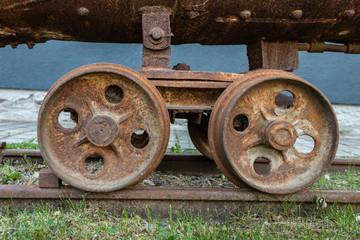 Räder einer Güterlore aus einem Bergwerk