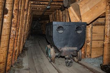 Alte Güterlore in einem Bergwerk