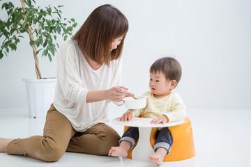 離乳食を食べさせる女性