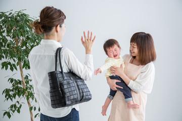 託児所に赤ちゃんをあずける(泣く)