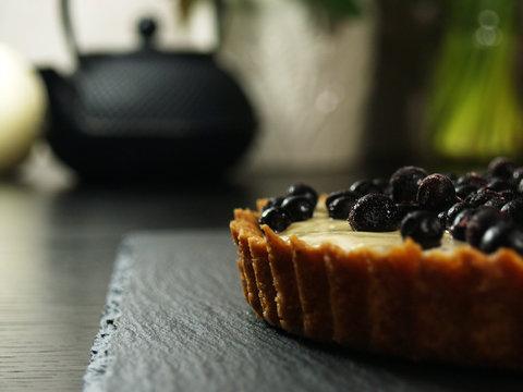 Owocowe ciasto z kremem budyń z owocami, tarta, kruche ciasto z jagodami