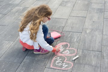 Little girl draws Text Mom and Dad in heart